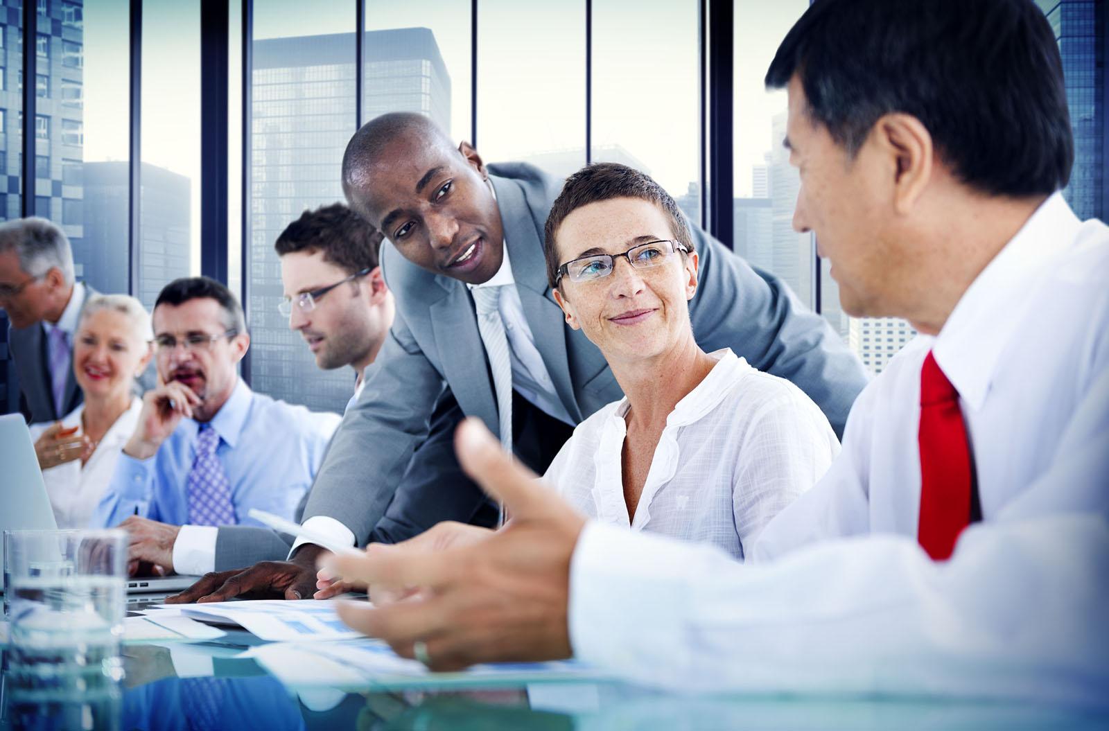 Plusieurs personnes en réunion en train de discuter