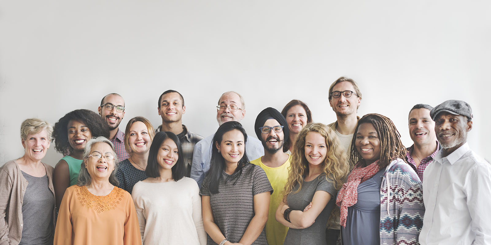 Groupe de personnes souriantes