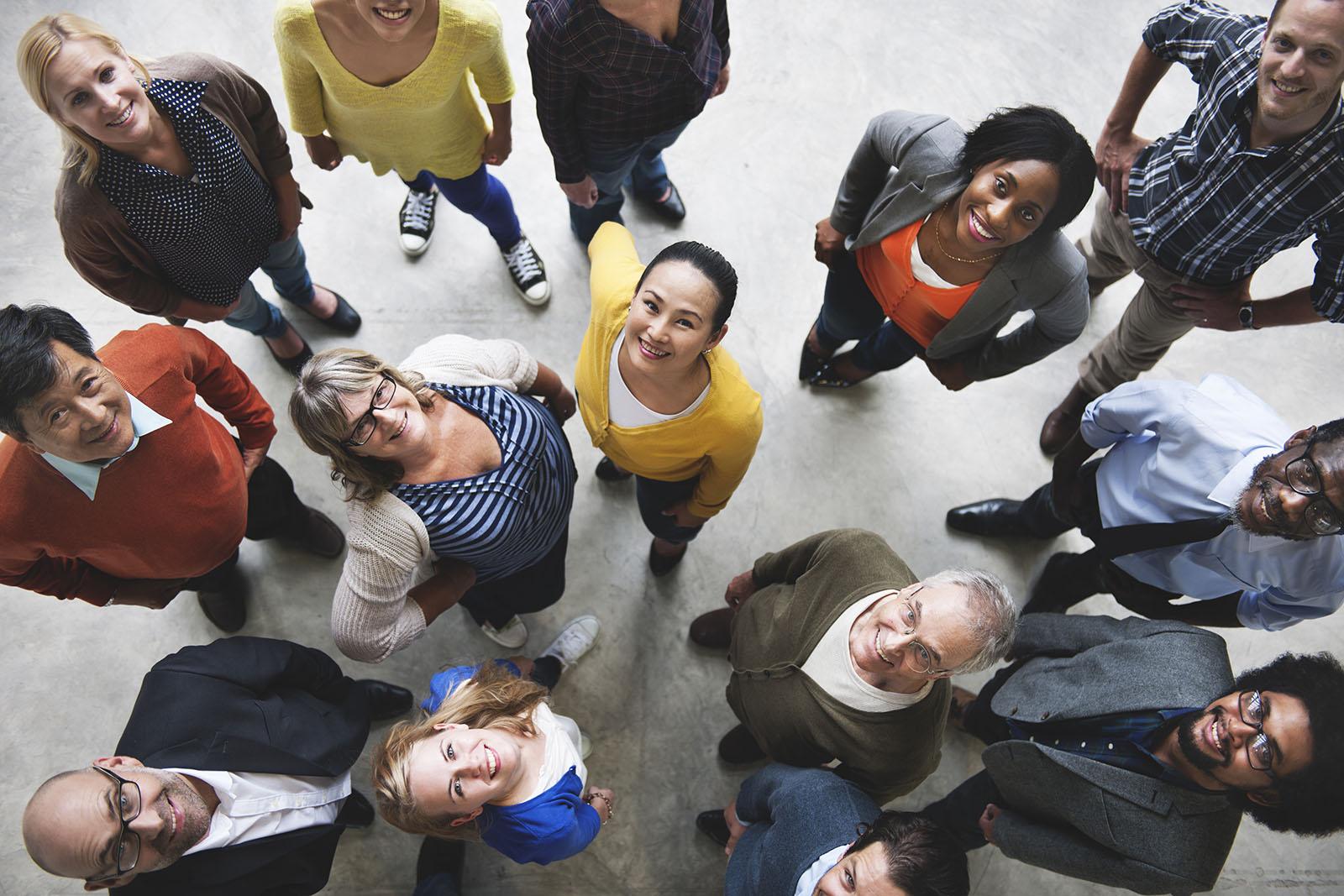 Groupe de personnes regardant vers le haut